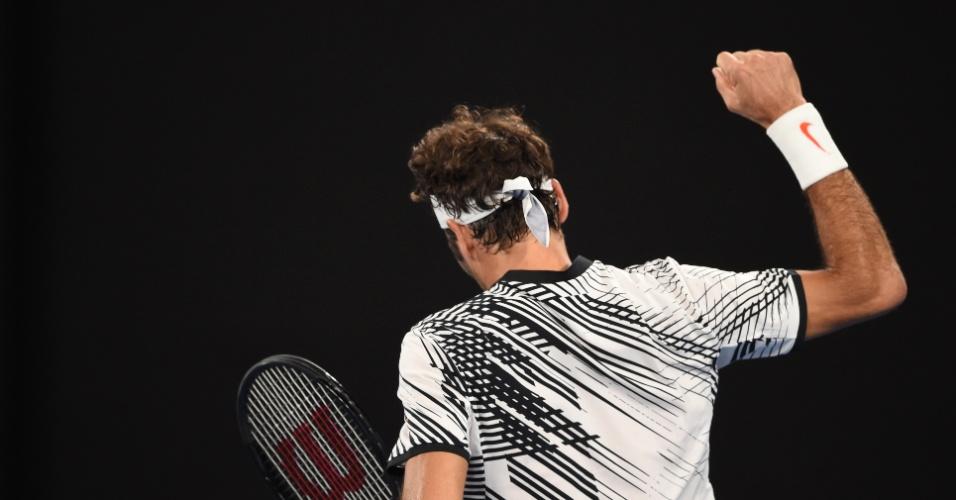 Parte de trás da camisa de Federer também tem listras em preto sobre o branco