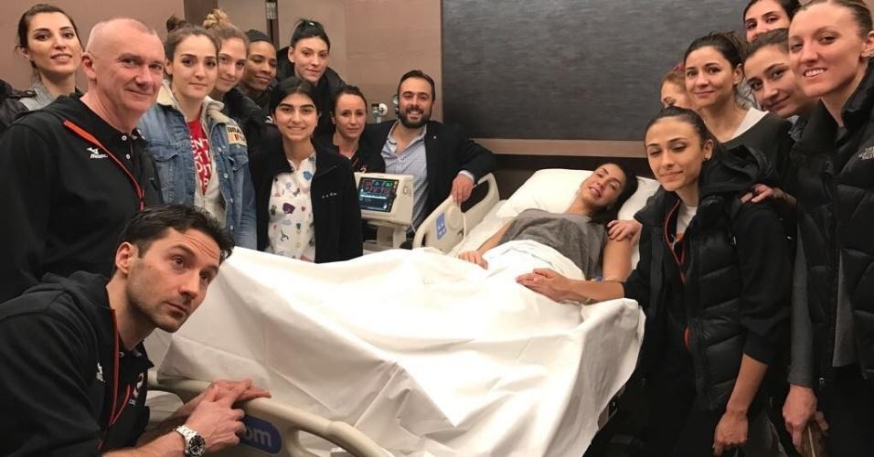 Thaisa se recupera em hospital após romper ligamentos do tornozelo