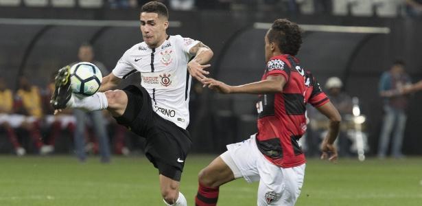 Gabriel conduz a bola diante do Atlético-GO: dificuldade como passador - Daniel Augusto Jr/Agência Corinthians