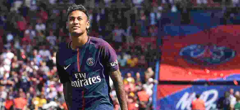 """Neymar em sua apresentação ao PSG; atacante precisa pegar camarote do dono """"emprestado"""" se quiser levar VIP""""s - AFP PHOTO / ALAIN JOCARD"""