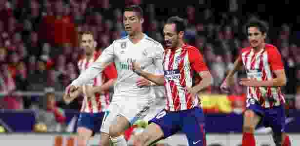 Cristiano Ronaldo tenta ficar com a bola na disputa durante a partida do Real contra o Atlético de Madri - REUTERS/Paul Hanna - REUTERS/Paul Hanna