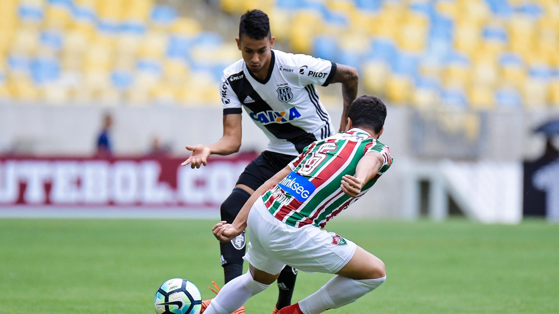 Lucca tenta passar pela marcação de Marlon no jogo entre Fluminense e Ponte Preta
