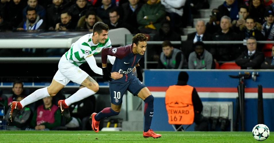 Neymar é agarrado por Bitton na partida entre PSG e Celtic, pela Liga dos Campeões