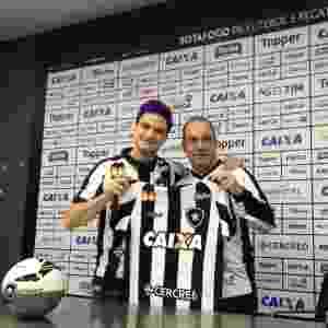 Felipe Neto posa com camisa do Botafogo - divulgação/Botafogo - divulgação/Botafogo