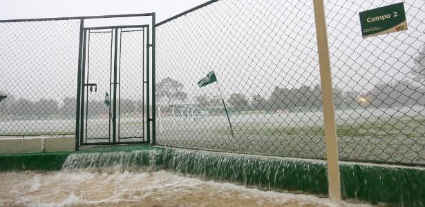 Chuva forte alagou os campos da Academia de Futebol