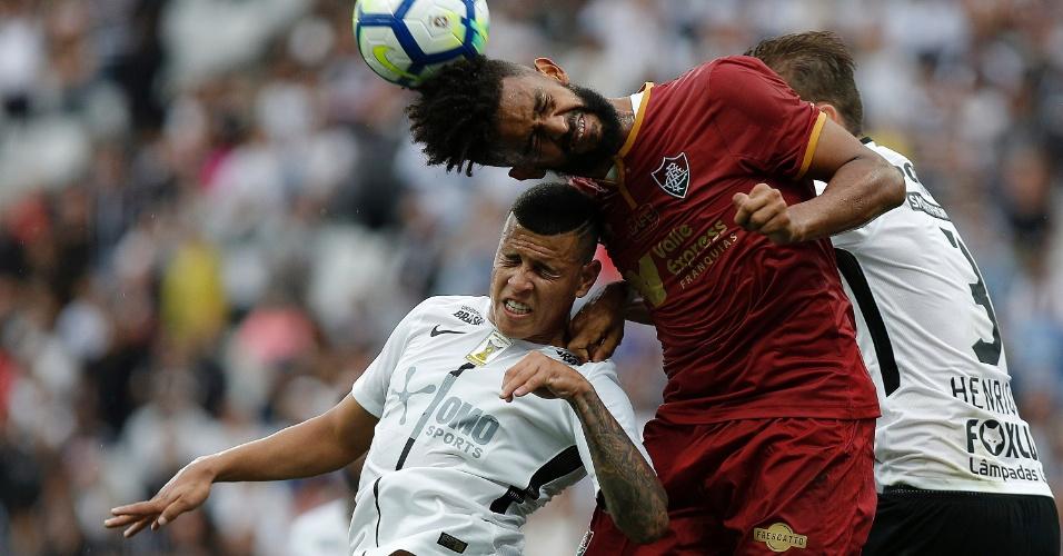 Sidcley disputa a bola de cabeço com Pablo Dyego, durante a partida entre Corinthians e Fluminense