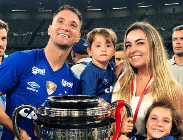 Thiago Neves e Marcella di Biase celebram título mineiro com os filhos