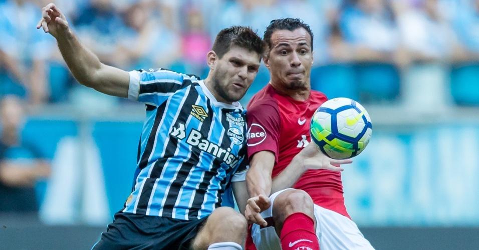 Kannemann e Leandro Damião disputam bola em clássico entre Grêmio e Internacional