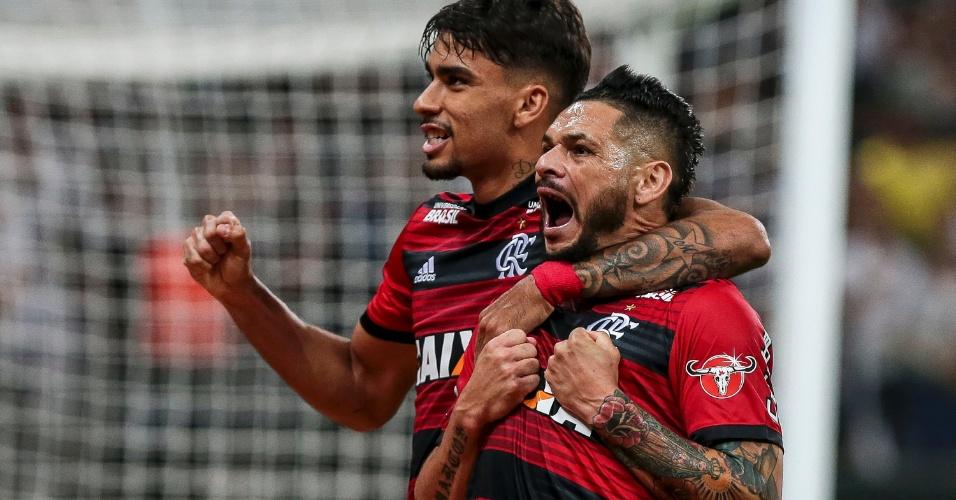 Lucas Paquetá e Pará comemoram gol do Flamengo sobre o Corinthians na Copa do Brasil