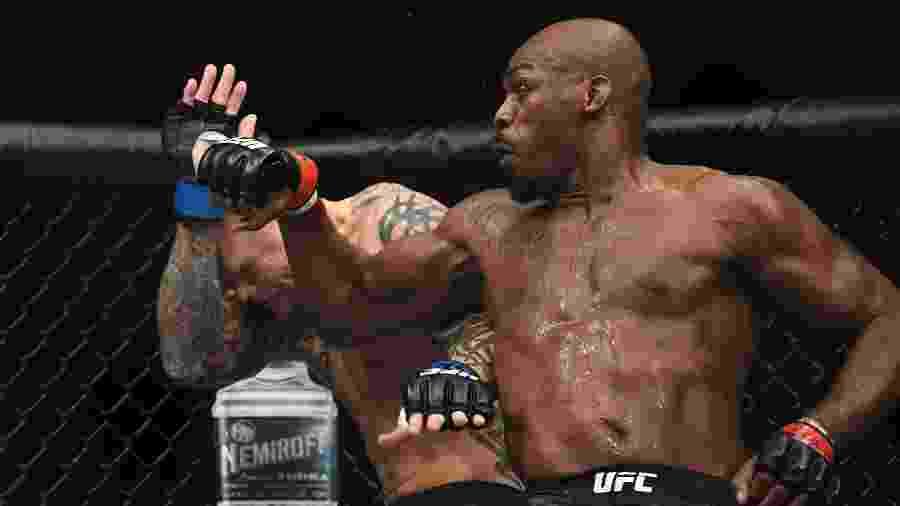Jon Jones acerta Anthony Smith durante luta no UFC 235 - Stephen R. Sylvanie-USA TODAY Sports