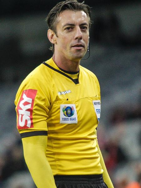 Raphael Claus demonstrou segurança e fez boa arbitragem na final do Paulista - Gabriel Machado/AGIF