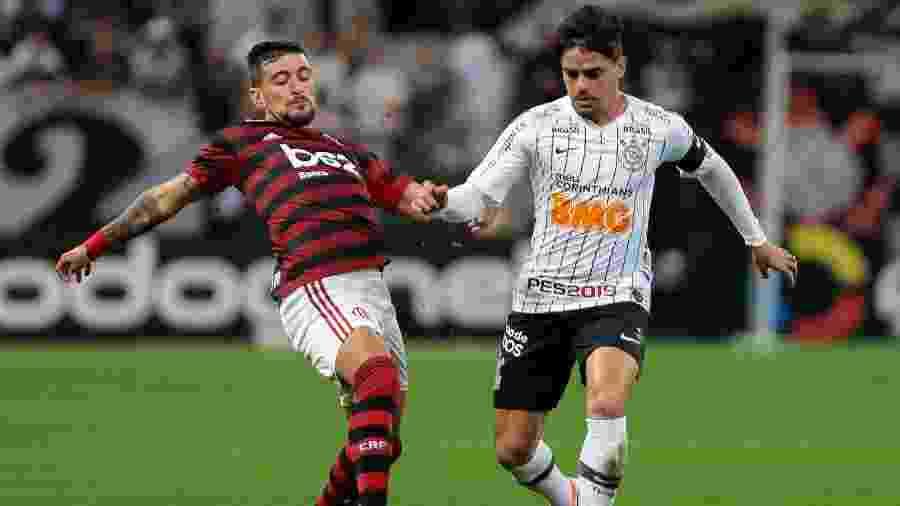 Arrascaeta e Fagner disputam a bola na partida entre Corinthians e Flamengo pela Copa do Brasil - Marcello Zambrana/AGIF
