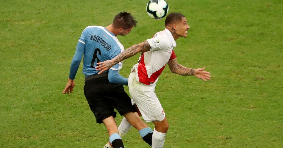 Bentancur, do Uruguai, e Guerrero, do Peru, disputam bola