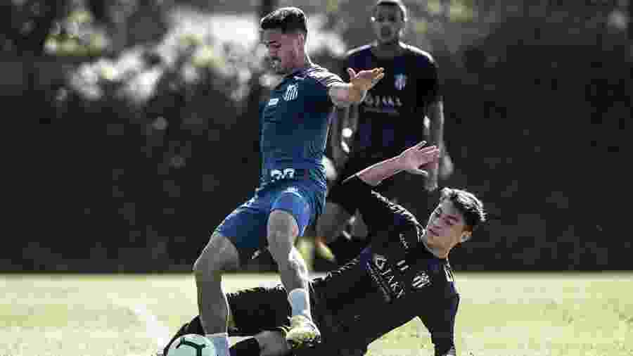 Jean Mota disputa bola em jogo-treino contra o EC São Bernardo - Ivan Storti/Santos FC