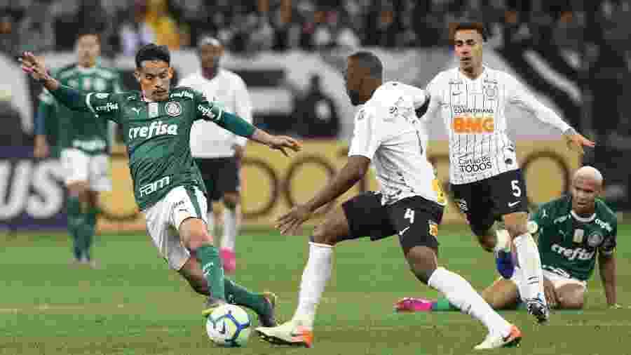Gustavo Scarpa (e) e Manoel disputam a bola no Palmeiras x Corinthians do primeiro turno do Campeonato Brasileiro 2019 - Cesar Greco/Ag. Palmeiras/Divulgação