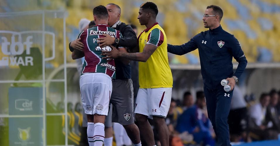 Paulo Henrique Ganso, jogador do Fluminense, discute com técnico Oswaldo de Oliveira ao ser substituído