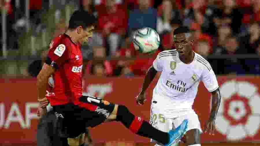 Vinicius Junior em disputa de bola durante partida entre Real Madrid e Mallorca pelo Campeonato Espanhol - Jaime Reina/AFP