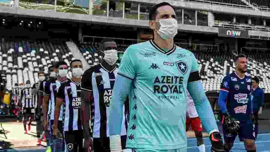 Jogadores do Botafogo, Gatito Fernandez à frente, usam máscara em protesto em partida contra o Bangu antes de o Carioca parar - Thiago Ribeiro/AGIF