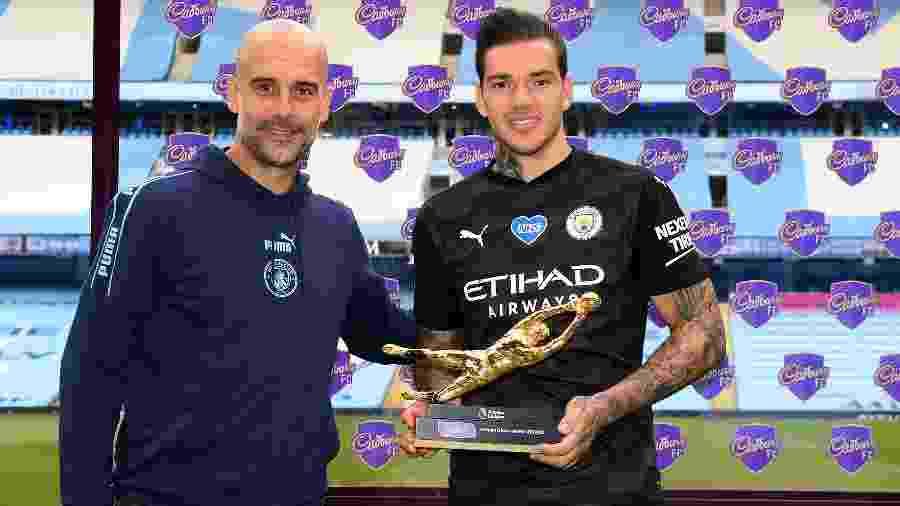 Ao lado de Pep Guardiola, Ederson, goleiro do Manchester City, recebe a Luva de Ouro do Campeonato Inglês - Shaun Botterill/Getty Images