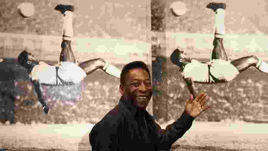 Pelé posa na frente de um mural com uma jogada sua - Mary Turner/Getty Images for Halcyon Gallery