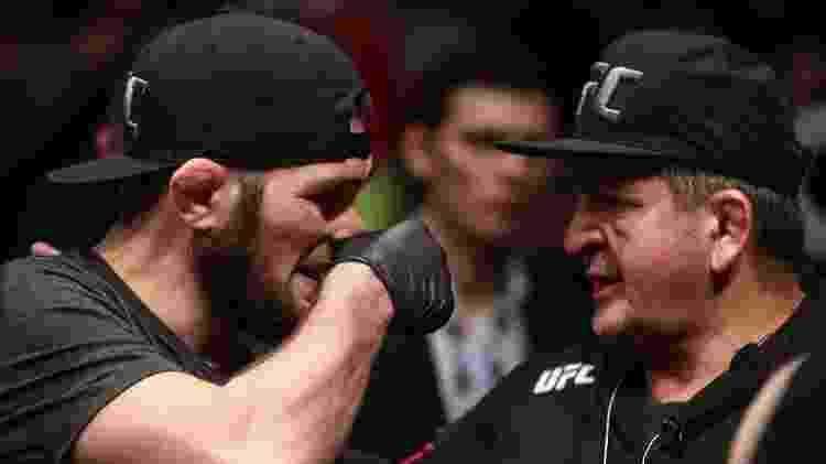 Khabib Nurmagomedov conversa com o pai durante evento do UFC - Valery Sharifulin/TASS - Valery Sharifulin/TASS