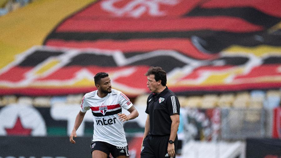 Reinaldo e Fernando Diniz celebram gol do São Paulo - Jorge Rodrigues/AGIF