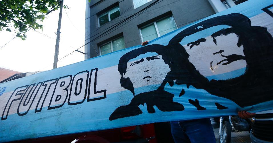 Bandeira com os rostos de Maradona e Che Guevara