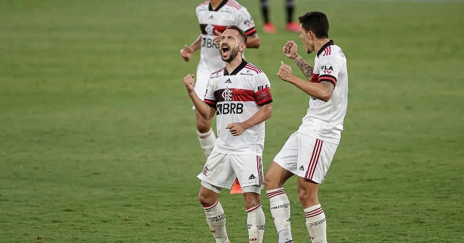 Jogadores do Flamengo comemoram gol em vitória sobre o Botafogo, no Brasileirão