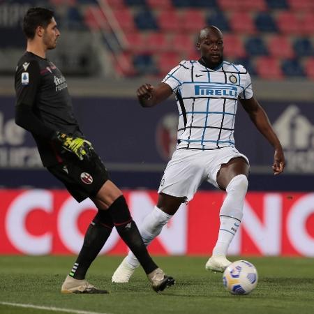 Lukaku disputa a bola com o goleiro Ravaglia, do Bologna, pelo Campeonato Italiano - Reprodução/Twitter