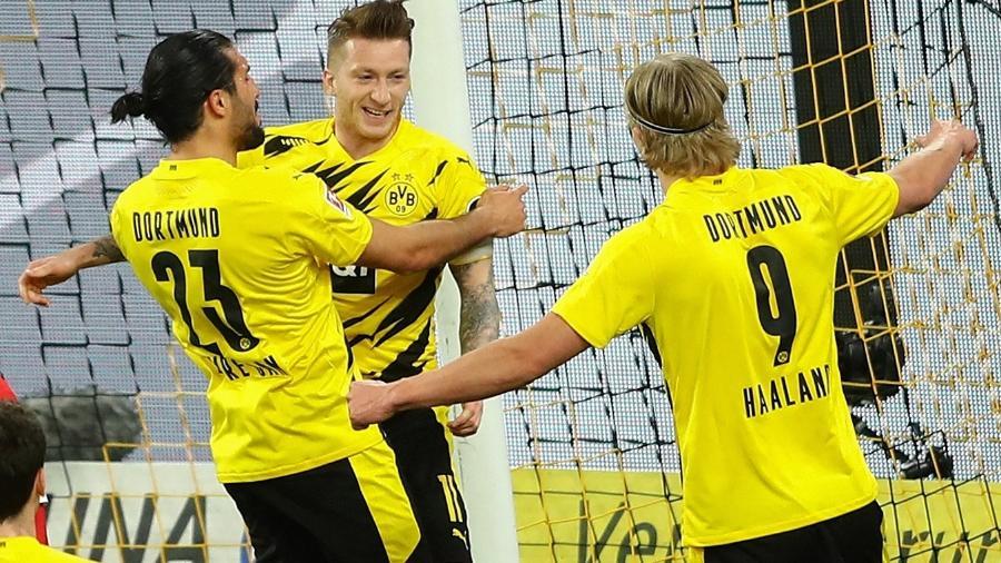 Reus comemora com Emre Can e Haaland seu gol pelo Borussia Dortmund - CHRISTOF KOEPSEL/AFP