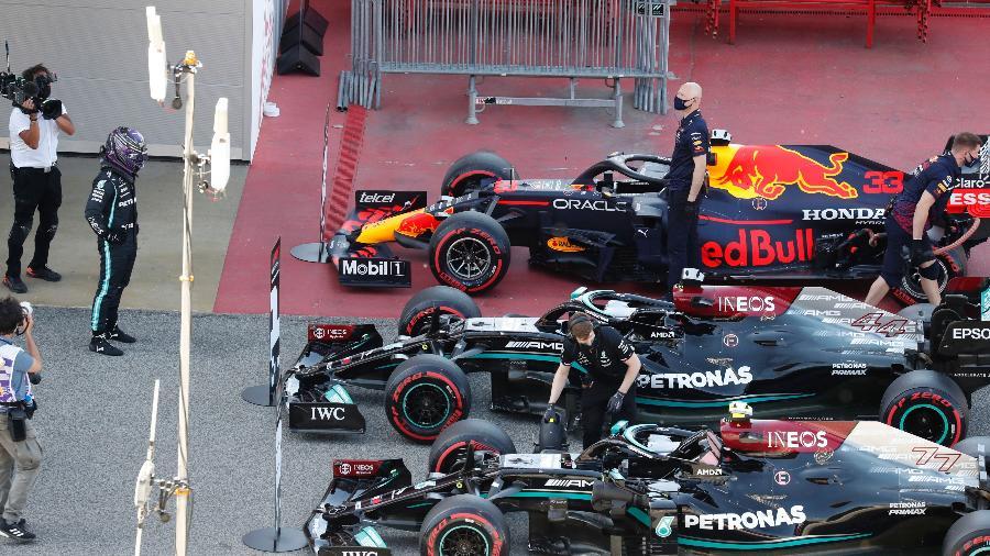 08.mai.2021 - Carros de Max Verstappen, da Red Bull, e de Lewis Hamilton e Valtteri Bottas, ambos da Mercedes, após o treino qualificatório para o Grande Prêmio da Espanha de Fórmula 1  - REUTERS/Nacho Doce