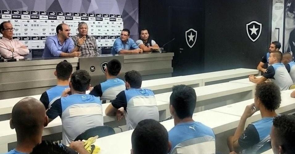 Ao lado da diretoria, técnico Ricardo Gomes tem o primeiro contato com os jogadores do Botafogo