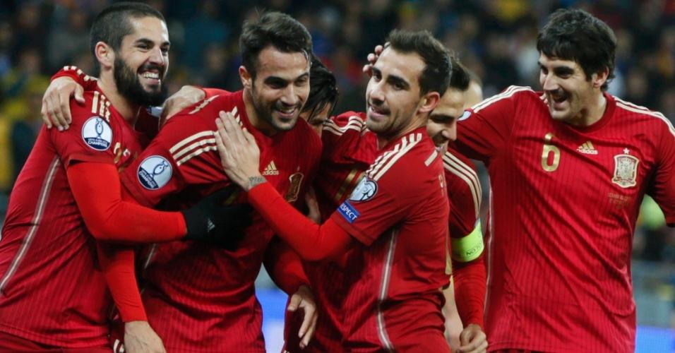 Seleção espanhola comemora gol de Mario Gaspar, de cabeça, com assistência de Thiago Alcantara, contra a Ucrânia. Equipe ficou na ponta do grupo C
