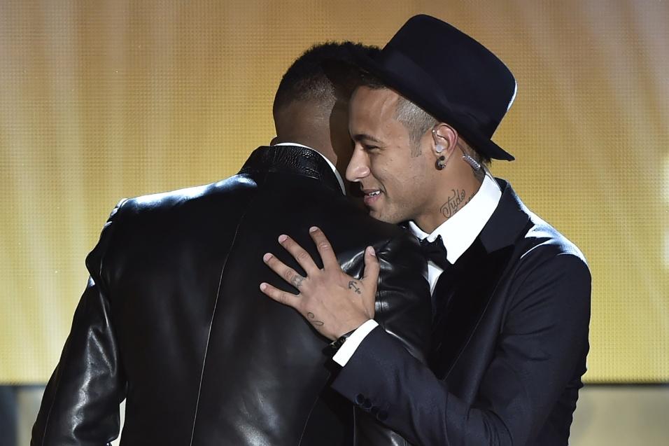 Neymar recebe cumprimento de Eto'o ao ganhar prêmio de um dos melhores atacantes de 2015