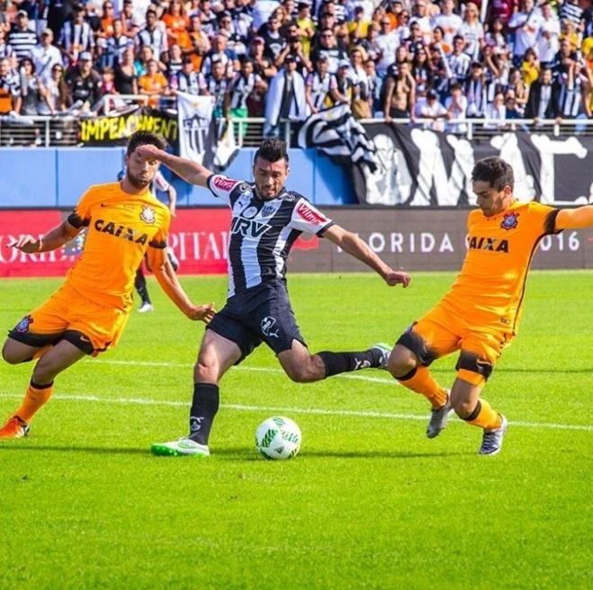 Dátolo disputa a bola com corintianos na partida do Atlético-MG contra o Corinthians na Florida Cup