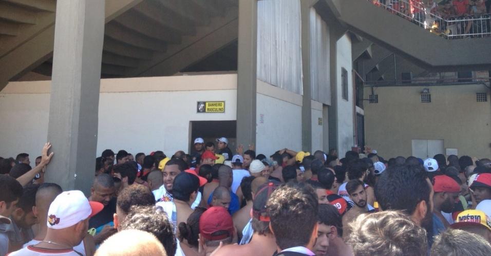 Policiais tomaram conta da entrada do banheiro em São Januário