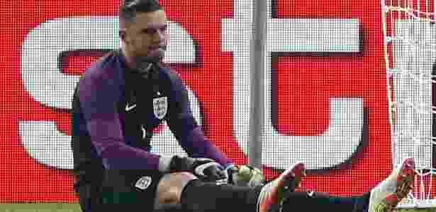 Jack Butland fica no chão durante a partida entre Inglaterra e Alemanha - Carl Recine/REUTERS