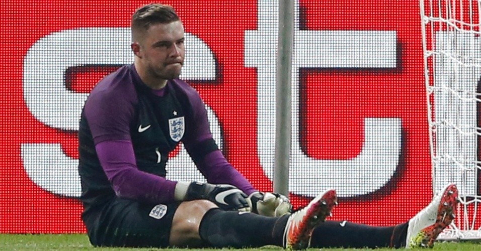 Jack Butland fica no chão durante a partida entre Inglaterra e Alemanha