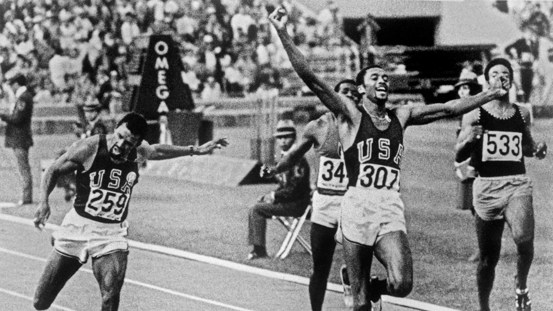 John Carlos (esq) e Tommie Smith completam os 200m nos Jogos de 1968