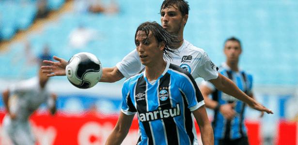 Zagueiro Pedro Geromel disputa lance pelo Grêmio e faz falta ao time  - Lucas Uebel/Grêmio