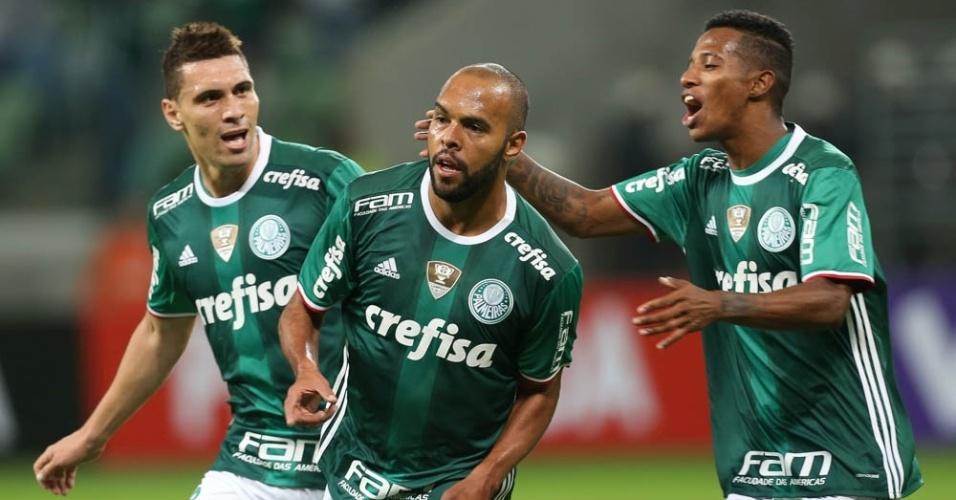 Moisés, Alecsandro e Tchê Tchê comemoram gol marcado na vitória do Palmeiras sobre o Fluminense
