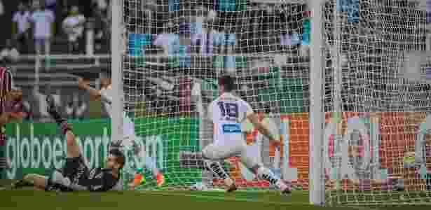 Denis falha e Vitor Bueno abre o placar para o Santos contra o São Paulo no Brasileirão  - Eduardo Anizelli/Folhapress - Eduardo Anizelli/Folhapress