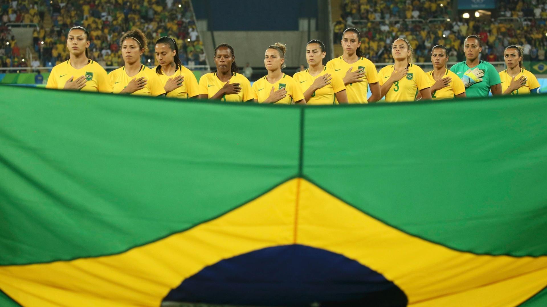Seleção brasileira de futebol feminino perfilada para o hino nacional