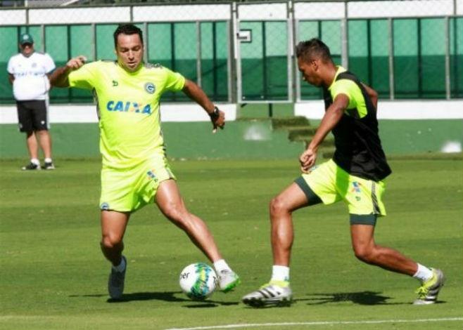Daniel Carvalho em ação durante treino do Goiás