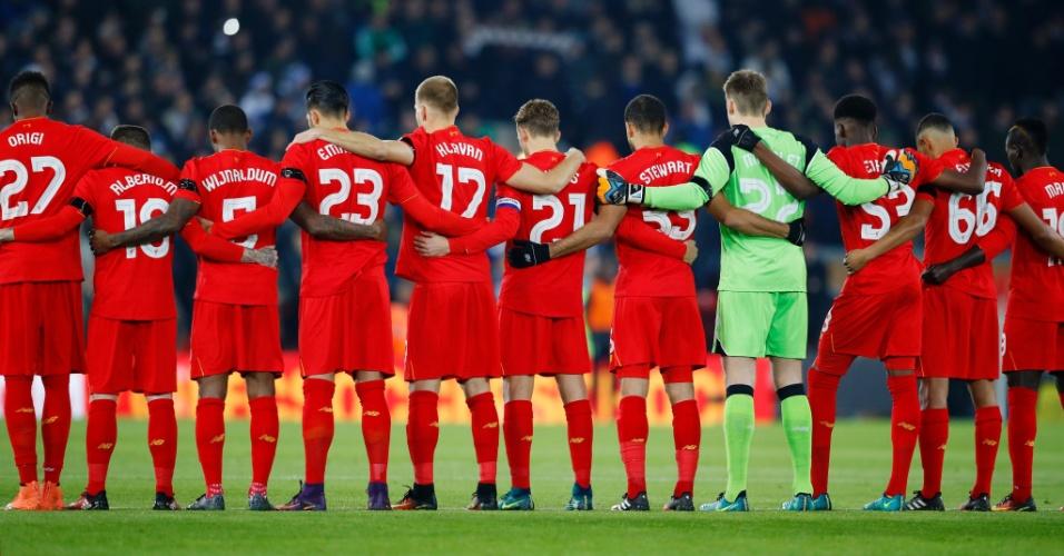 Jogadores do Liverpool usam faixas de luto e fazem um minuto de silêncio em homenagem à Chapecoense antes de jogo contra o Leeds
