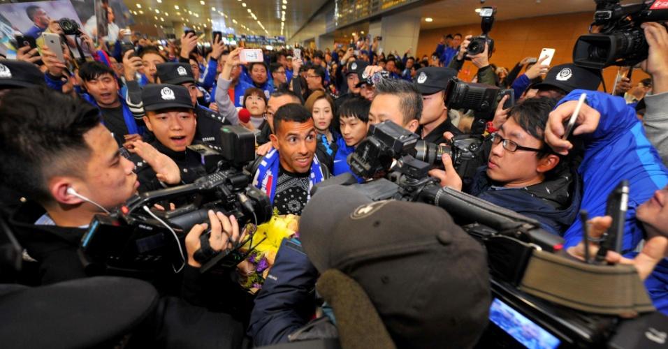 Carlos Tevez é ovacionado em aeroporto de Xangai