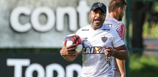 Dono da bola no Atlético-MG, Roger Machado conquistou os jogadores pelos treinos