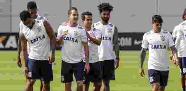0ea7b59c15 Jadson não vê Corinthians atrás de rivais   Favorito pelo peso da camisa