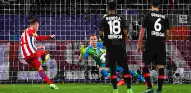 Gameiro bateu no meio do gol para fazer o terceiro do Atlético - Reuters / Wolfgang Rattay - Reuters / Wolfgang Rattay