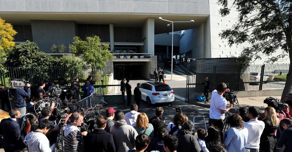 Diversos jornalistas em volta do hotel que acontecerá o casamento de Messi